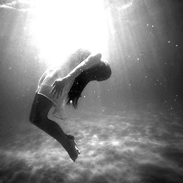 woman-underwater-kaare-long-article